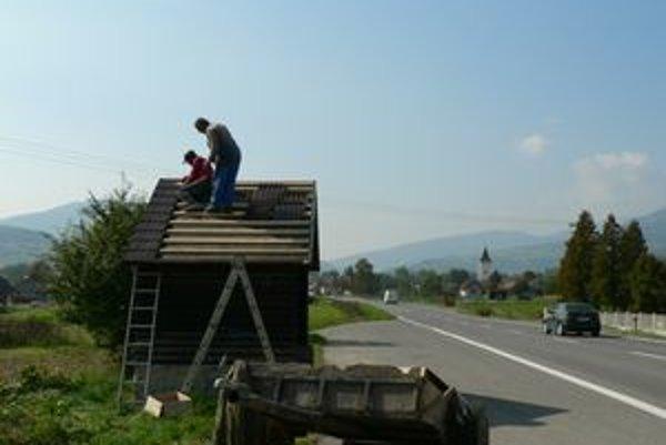 Pracovníci obce minulý týždeň pracovali na vynovení autobusovej zastávky pri hlavnej ceste vo Veličnej.