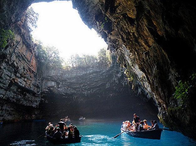 Tajomná jaskyňa Melissani Lake.