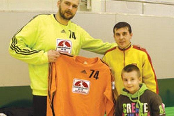 Na spoločnej fotke nám zapózoval brankár Michal Meluš s výhercom Miroslavom Bočkayom a jeho synom.