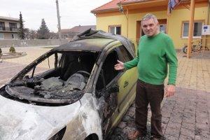 Starosta Jaroslav Blina pri zhorenom obecnom aute.