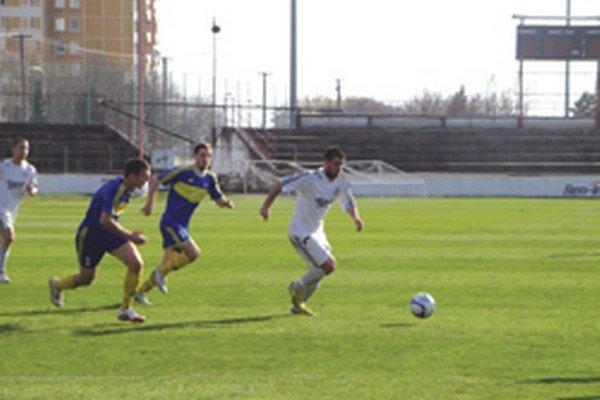 Topoľčany nastúpili v Leviciach, víťazný gól zaznamenal striedajúci Zeher (v bielom).