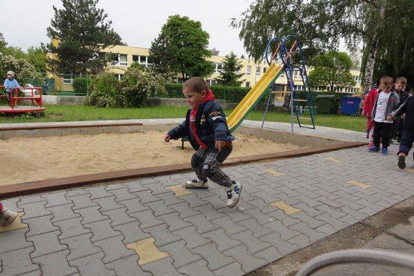 Na detskom inhrisku sa škôlkari radi hrávajú.