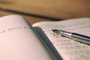 Ak si chcete lepšie uchovať a spracovať nové informácie, poznámky k učivu si píšte rukou nie na počítači.