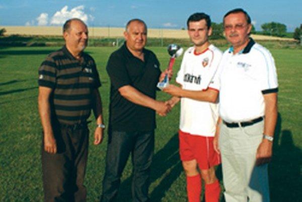Zľava: sekretár ObFZ Topoľčany Marián Valko, predseda ObFZ Pavol Šípoš, Peter Švec a vedúci mužstva Jozef Golešényi.