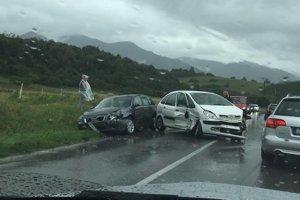 Pri Lysici sa zrazili tri osobné automobily.