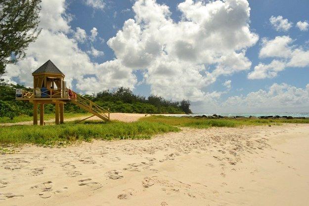 Piesočná pláž na Barbadose.