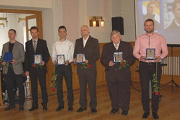 Pohľad na ocenených trénerov. Celkom vľavo kouč hokejistov HK Nitra Antonín Stavjaňa, ktorý zožal najväčší aplauz. Vpravo je tréner topoľčianskych vodných pólistiek Marek Gális.