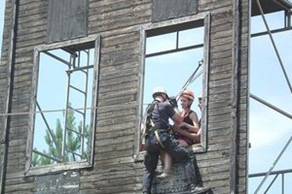 Záchrana človeka s pomocou lezeckej techniky považskobystrickými hasičmi.