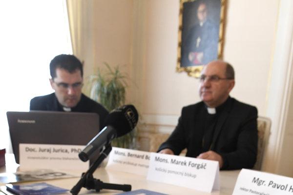 Vľavo vicepostulátor Juraj Jurica, vedľa neho košický arcibiskup Mons. Bernard Bober.