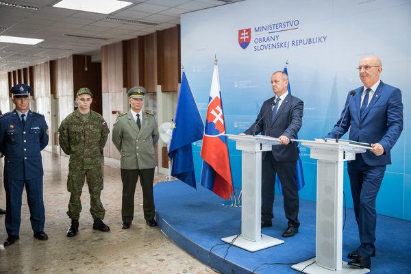 Generálny tajomník Služobného úradu MO SR Ján Hoľko a minister obrany (MO) SR Peter Gajdoš počas brífingu.