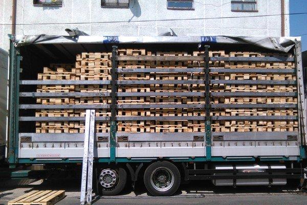 Kamión plný falošných europaliet sa poradilo zadržať v Topoľčanoch.