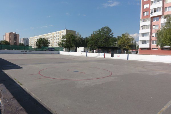 Hokejbalové ihrisko pri kúpalisku je v zlom stave.