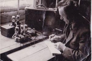 Viliam Kmeť s vysielačkou Leo. Táto fotografia sa objavila aj v Oktavcovej publikácii Nad Tatrou sa blýska... (SNP) z roku 1946.
