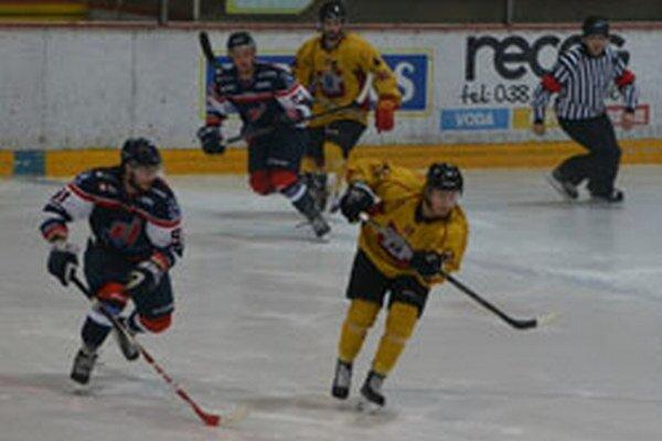 Topoľčany z troch domácich zápasov vyťažili plný počet bodov. V nedeľu porazili slovenskú dvadsiatku, v stredu Humenné a v piatok Michalovce.