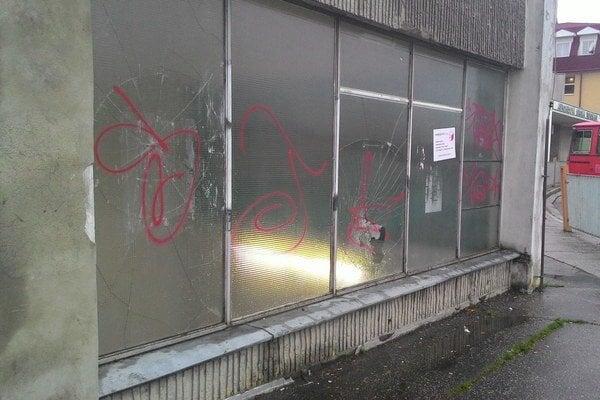Rozbité sklo na autobusovej stanici.