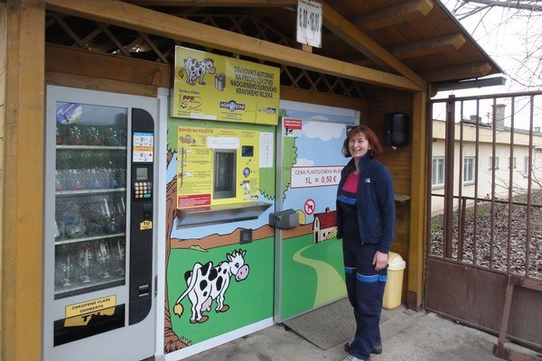 Zdenka Révajová pri mliekomate.