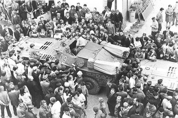 Bojové vozidlá medzi pri budove bývalej vojenskej správy, kde bolo v roku 1968 ONV.