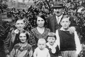 Jozef Psotka bol najmladší z piatich detí. Sestra Eva, o tri roky staršia, je naľavo od neho.