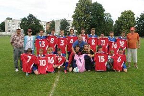 Solčany dostali pohár za prvé miesto a sadu dresov.