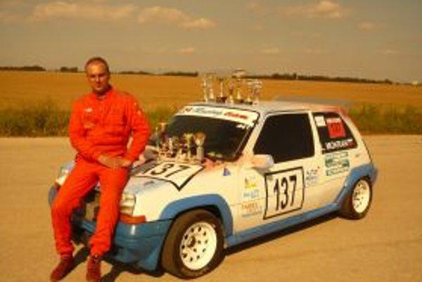 Ladislav Mokran pri pretekárskom aute.
