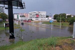 Zaplavený podjazd na Ružinovskej.