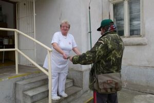 Kuchárka Gabriela Kmeťová polievku zahustí cestovinami, aby sa bezdomovci poriadne najedli.