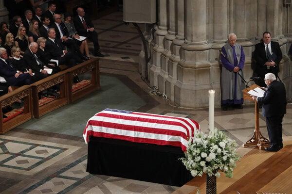 Bývalý americký minister zahraničných vecí Henry Kissinger reční počas rozlúčky so zosnulým americkým senátorom Johnom McCainom v Katedrále svätého Petra a Pavla vo Washingtone.