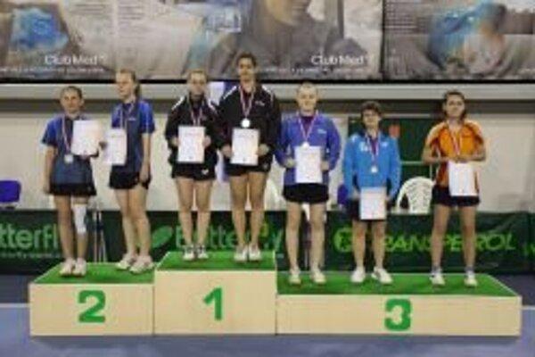 Na najvyššom stupni tretia zľava Miriam Kršiaková a Petronela Cerovská.