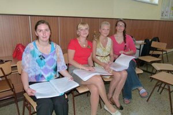Študenti pred maturitnou skúškou.
