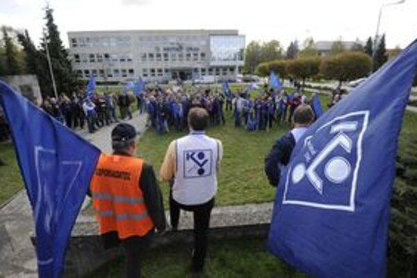 Pochod mestom skončil pred mestským úradom, kde štrajkujúcim vyjadril podporu aj primátor.