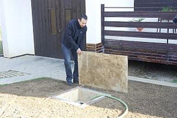 František Kukučka pri novej studni. Bohužiaľ, je takmer úplne prázdna.