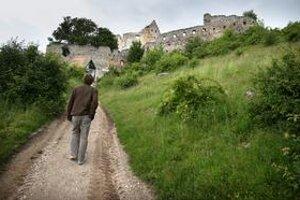 Obec Podhradie je známa najmä krásnym Topoľčianskym hradom.