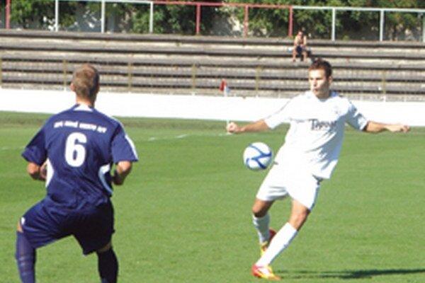 Lukáš Remeň (v bielom) strelil druhý gól Topoľčian.