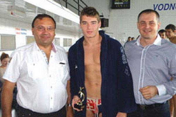 Najlepším brankárom sa stal Topoľčanec Dominik Porubský. Cenu  mu odovzdával primátor Topoľčian Peter Baláž (vľavo) a Pavol Mišenka (vpravo).