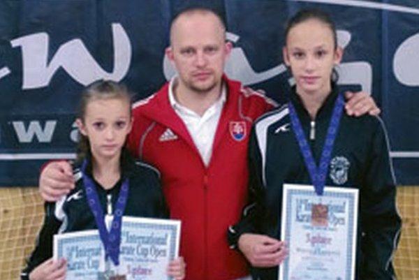Spoločná fotka z Čiech - tréner Tomáš Kleman so sestrami Langovými.