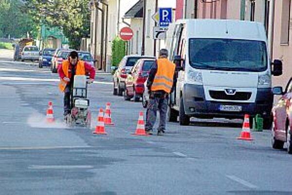 Oprava cesty na železničnej ulici.