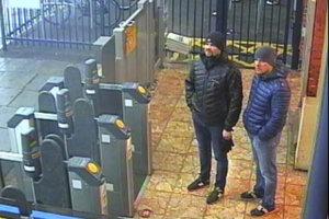 Alexander Petrov (vľavo) a  Ruslan Boširov na železničnej stanici v Salisbury.