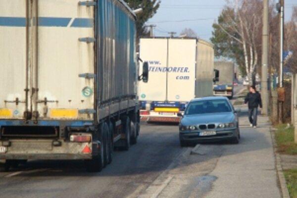 Kamióny si urobili cez Topoľčany dve protestné jazdy. Zakaždým ich polícia odklonila von z mesta. Oni sa vrátili.