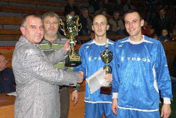 Víťazné mužstvo z Tovarník preberá putovný pohár z rúk predsedu ObFZ Topoľčany Pavla Šípoša a sponzora Miloša Kopeckého.