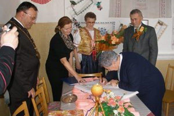 Manželia Pirťanovci sa zapísali aj do pamätnej knihy Mesta Topoľčany.