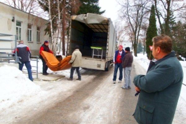 Ľudia zostali v šoku. Prístroje z nemocnice nakladali muži z objednanej firmy do kamiónov.