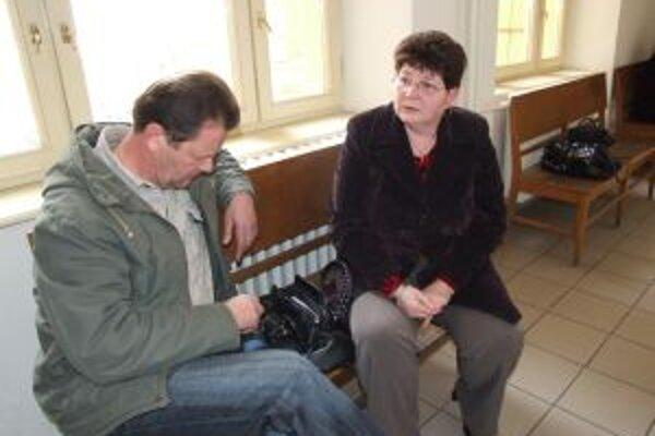 Starí rodičia Samka na súde.