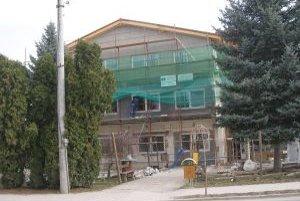Obecný dom v Ostraticiach je obkolesený lešením.