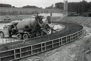 21. jún 1984. Pracovníci ArmabetonuPraha pri betonáži základov prvej z ôsmich 125 metrových vysokých chladiacich veží