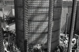 8. jún 1987. Pracovníci Hydrostavu pracujú na príprave otvorov s priemerom 500 milimetrov pre montáž cirkulačného potrubia na šachte reaktora I. bloku jadrovej elektrárne.