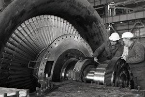11. február 1988. Montéri turbín Jozef Ondrejka /vľavo/ a Michal Dombaj z Výstavby elektrární Škoda Praha premeriavajú rotor nízkotlakového stupňa turbíny pred osadením.