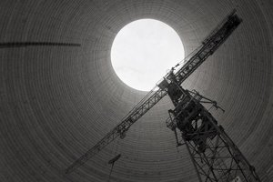 Výstavba jadrovej elektrárne v Mochovciach v roku 1989. Vnútro chladiacej veže - 125 metrového obra.