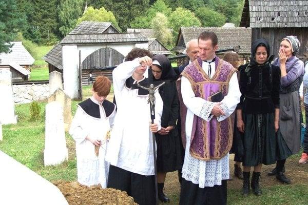 Natáčanie scény pohrebu na cintoríne v skanzene.
