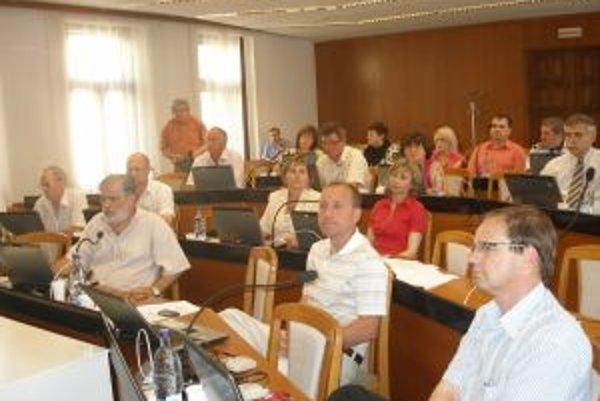 V topoľčianskom mestskom zastupiteľstve sedí zatiaľ 25 poslancov.