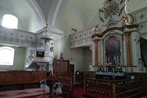 Na snímke je znak vďačnosti Jozefovi II. v hornej časti oltára evanjelického kostola v obci Švedlár.